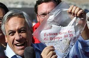 Los mineros atrapados están vivos y el presidente chileno Sebastián Piñera mostró un mensaje/ AP