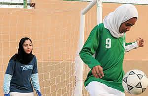 Mujeres árabes jugando futbol GETTY IMAGES
