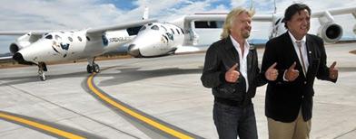 El multimillonario británico Richard Branson y el gobernador de Nuevo México, Bill Richardson, inauguran la primera pista de aterrizaje espacial comercial. Foto AP.
