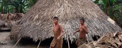 Indígenas que viven aislados de la civilización en la selva peruana, en La Conveción, Cusco, 2010. FOTO AFP.