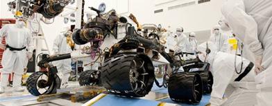 Imagen sin fecha provista por la NASA muestra a técnicos trabajando con el nuevo explorador marciano, Curiosity/ AP