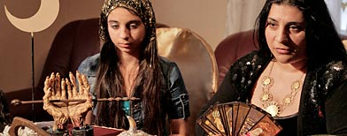 Mihaela Minca y su hija y aprendiz de bruja Casanndra. Foto: AP.