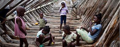 Niños haitianos en Puerto Príncipe, donde se desmanteló una red de explotación infantil/ AP