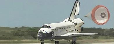 Imagen del transbordador espacial Discovery cuando aterrizó en el Kennedy Space Center. Imagen de NASA TV. Foto Reuters.