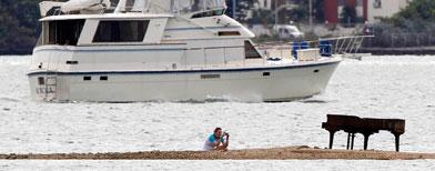 Imagen del piano en la bahía de Miami. AP