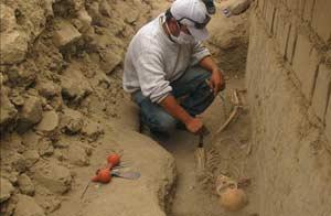 Hallado el esqueleto de un mujer sacrificada en una ciudadela preinca de Perú. Foto: EFE