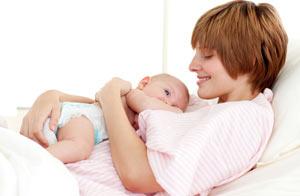 Masticar chicle luego de una cesárea aceleraría la recuperación