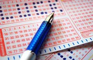 Dos hermanas ancianas pelean por un billete de lotería / Shutterstock