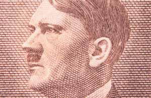 El rostro de Adolf Hitler en una estampilla / Foto: Shutterstock