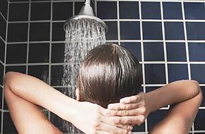La ducha diaria puede exponernos a bacterias que provocan infecciones pulmonares / Foto: Glow  Images