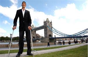 Sultan Kosen, de Turquía, posa ante la Torre de Londres/AP