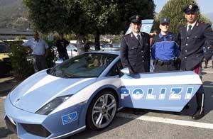 Oficiales posan junto al Lamborghini Gallardo, el auto de policías más veloz del mundo / Foto: AP