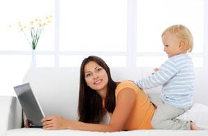 Madre con su hijo frente a una computadora