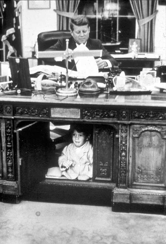 John F. Kennedy Jr. juega bajo la mesa del Despacho Oval mientras su padre, en ese entonces presidente de Estados Unidos, realiza sus tareas / Foto: GettyImages