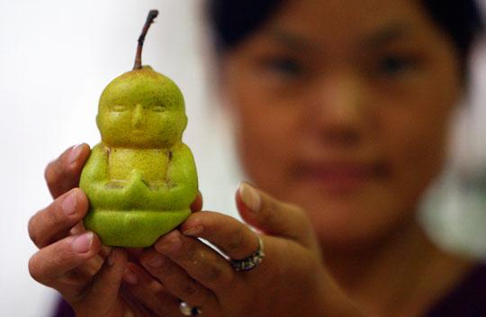 Cultivan peras con forma de Buda