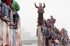 Alemanes celebran la caída del muro el 9 de noviembre de 1989/Archivo de AP