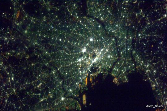 Un astronauta saca fotos de la Tierra desde el espacio