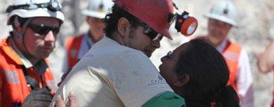 Un  minero abraza a su mujer / Foto: AP