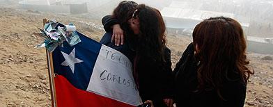 Familiares de los mineros atrapados en Chile / AP