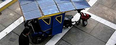 """Un hombre pasa frente a una """"mototaxi"""" solar en la Universidad de San Marcos en Lima / Foto: Reuters"""