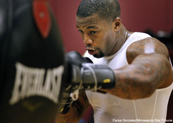 Minnesota Viking Ray Edwards wins his boxing debut