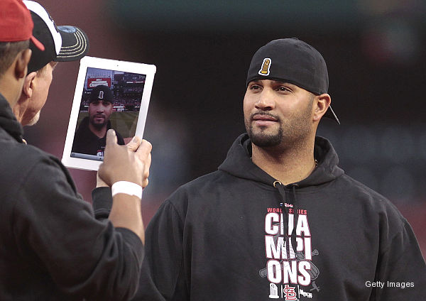 Pujols amused as McGwire snaps Cardinals farewell* pic with iPad
