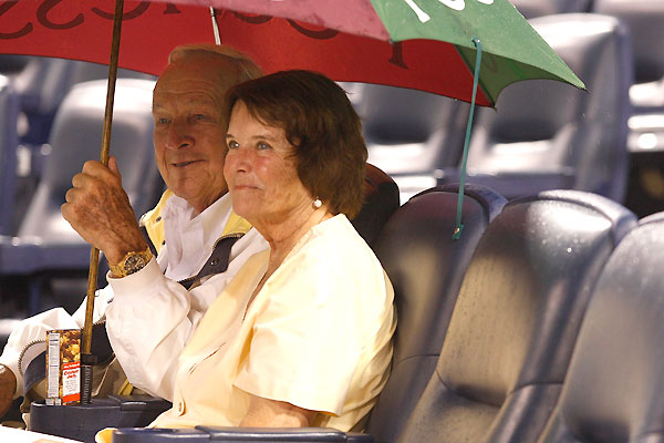 Photo: Arnold Palmer waits out rain to support his Pirates
