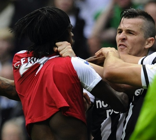 [تصویر: song_stomps_on_barton_barton_gets_gervinho_sent_off.jpg]