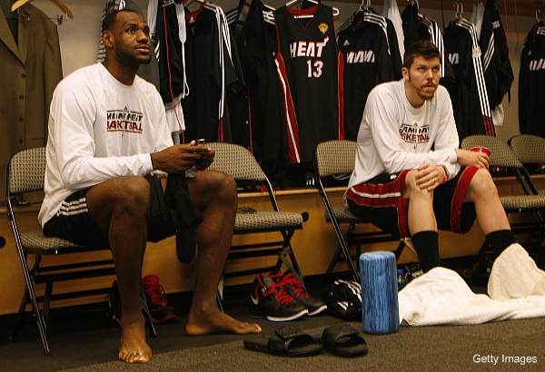 Odd photo starts Internet uproar over LeBron's nonexistent sixth toe
