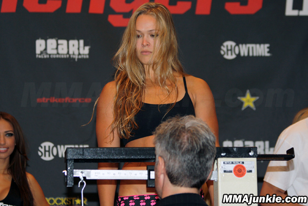 Rousey gets somewhat unsatisfying win with controversial stoppage at Strikeforce