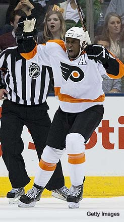 Fan throws banana peel at Flyers' Wayne Simmonds