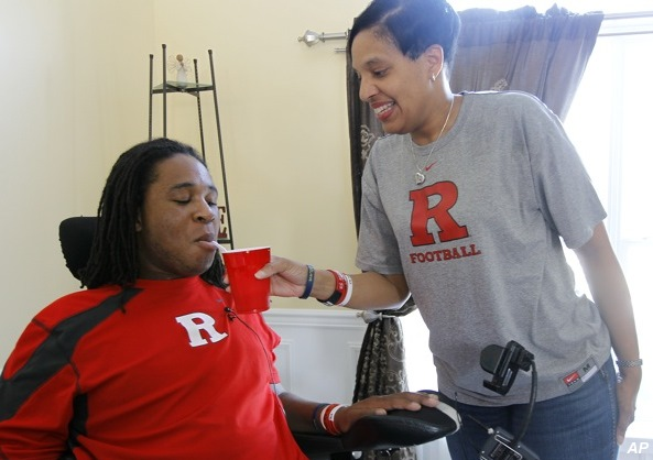 Jets linebacker aids Eric LeGrand's recovery through clothing line