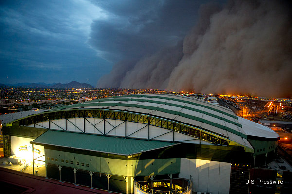 Crazy photos: Giant dust storm bears down on Arizona's Chase Field