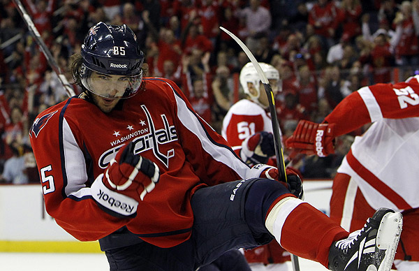 In battle of unbeatens, Capitals lay beat-down on Red Wings
