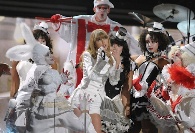 Taylor Swift inaugura el espectculo de los premios Grammy, en su 55a edicin anual, el domingo 13 de febrero del 2013 en Los Angeles. (Foto por John Shearer/Invision/AP)