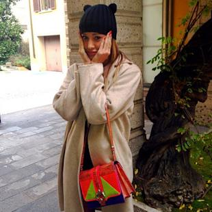 Belen Rodriguez con it-bag e cappello con le orecchie. Copia il look