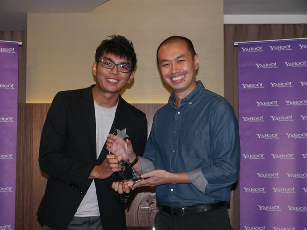 Yahoo! regional managing editor Alan Soon presents Royston Tan with his award for Arts and Culture. (Yahoo! photo/Jeanette Tan)