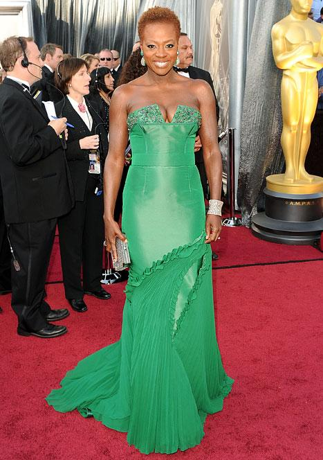 Viola Davis Flaunts Cleavage, Goes Wigless at Oscars