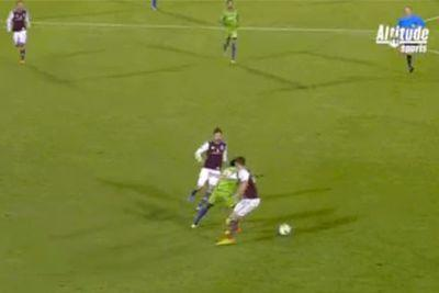 Obafemi Martins is out here performing wizardry with his feet