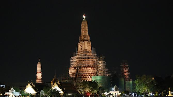 Temple of Dawn is seen moments before its lights are turned off for Earth Hour 2015 in Bangkok, Thailand, Saturday, March 28, 2015. Earth Hour is global event that encourages people to turn off their lights for 60 minutes from 8:30 to 9:30 pm local time. (AP Photo/Sakchai Lalit)