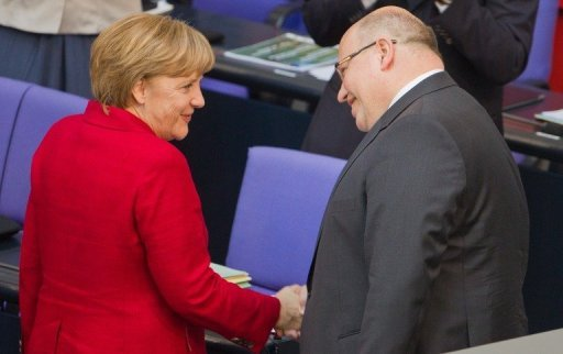 Die Opposition hat Kanzlerin Merkel bei einer aktuellen Stunde im Bundestag Autorittsverlust wegen der Entlassung von Umweltminister Rttgen vorgeworfen. Zuvor war der CDU-Politiker Peter Altmaier als Rttgen-Nachfolger vereidigt worden