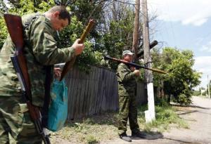 Armed pro-Russian separatists stand guard in Sever …