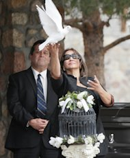 "Flora Enchinton Bernal releases a white dove during a graveside service for actor Sherman Hemsley, Wednesday, Nov. 21, 2012 in Fort Bliss, Texas. Friends and family remembered Hemsley at his funeral service in Texas by showing video clips of his best known role as George Jefferson on the TV sitcom ""The Jeffersons."" He died in July but a fight over his estate has delayed his burial. (AP Photo/The El Paso Times, Mark Lambie) EL DIARIO OUT; JUAREZ MEXICO OUT AND EL DIARIO DE EL PASO OUT"