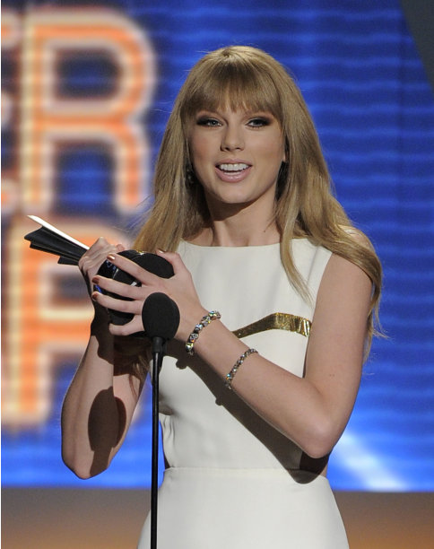 Taylor Swift wins Entertainer of the Year Award at ACM Awards 2012