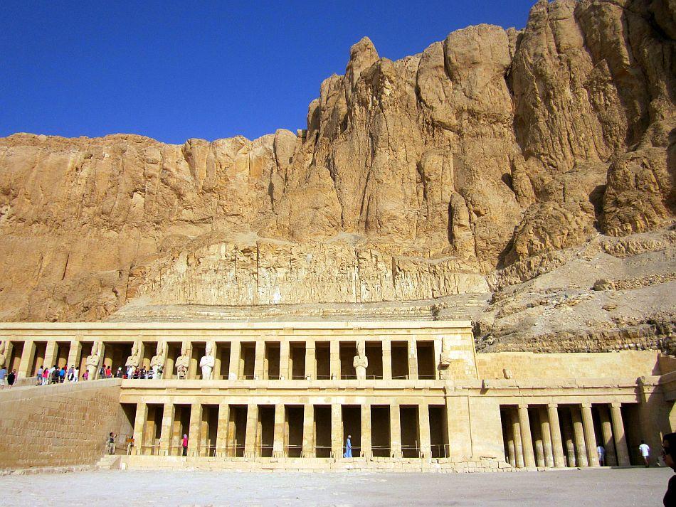 http://l.yimg.com/bt/api/res/1.2/.zPc9yf45xlJPpU0ovl7hg--/YXBwaWQ9eW5ld3M7Zmk9Zml0O2g9NzEzO3E9ODU7dz05NTA-/http://l.yimg.com/os/401/2012/05/14/Queen-Hatshepshut-s-Temple-at-the-Valley-of-the-Kings-JPG_094913.jpg