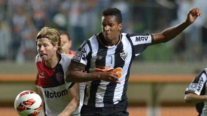 Milton Casco (left), of Argentina's Newell's Old Boys, vies for the ball with Jo, of Brazil's Atletico Mineiro, during their 2013 Copa Libertadores second leg semifinal football match at Arena Independencia Stadium in Belo Horizonte, on July 10, 2013