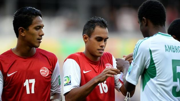 Tahiti players gave shell necklaces to Nigeria before their Confederations Cup match