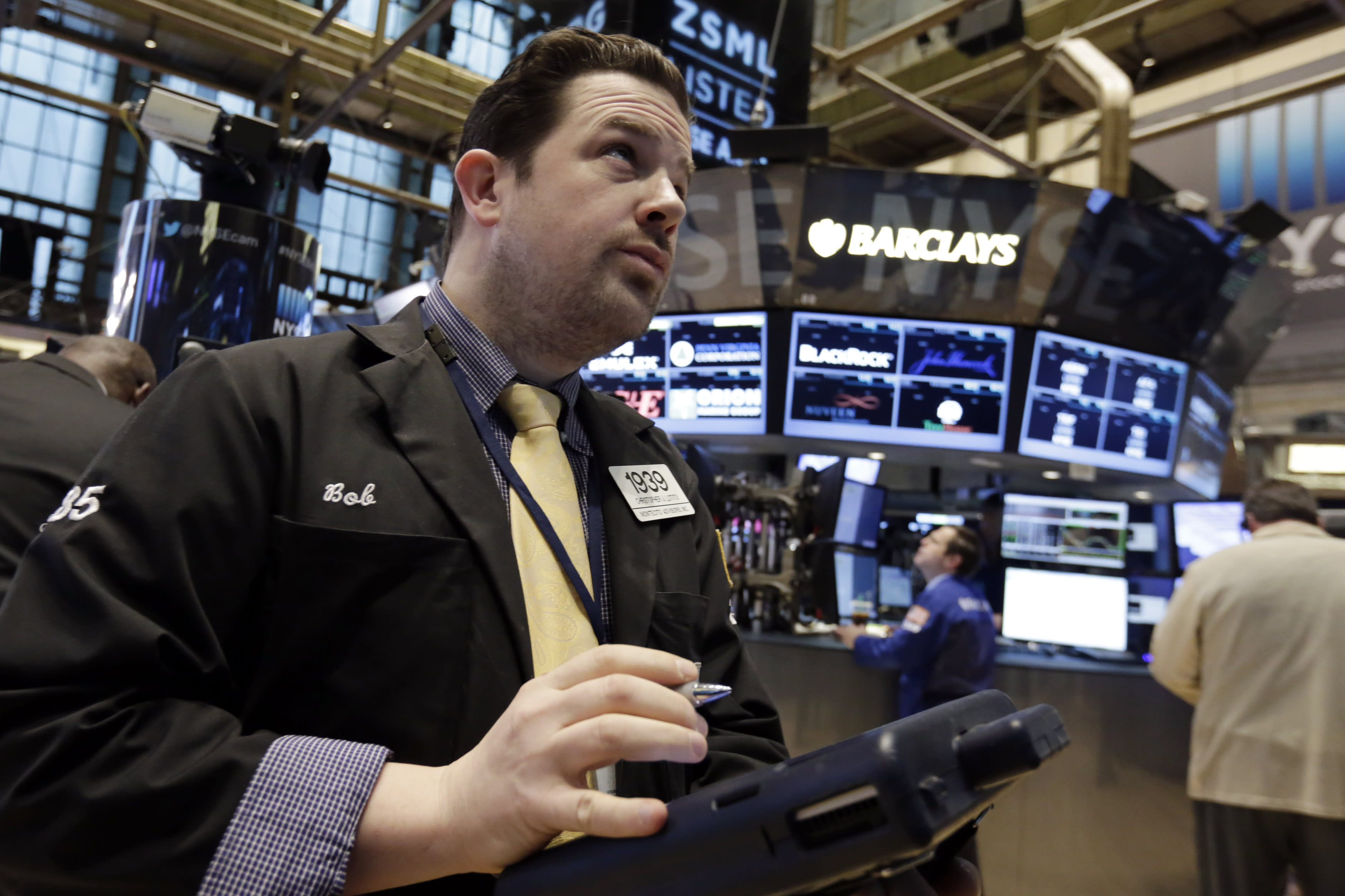 US stock indexes drift mostly lower as oil prices sink