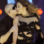 Jennifer Lopez junto a Pitbull baila en el Honda Center en Anaheim, California.