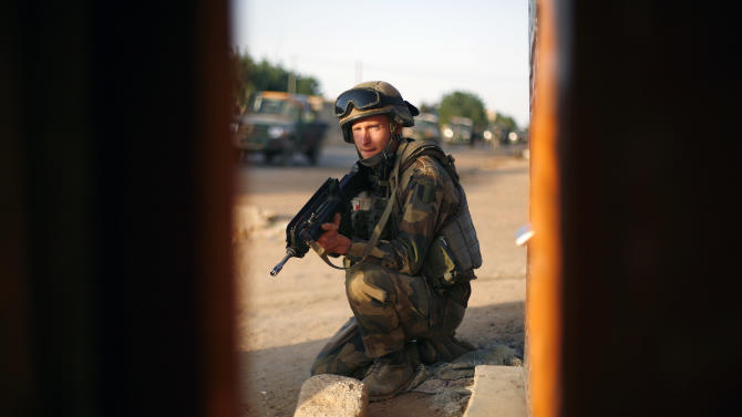 A French soldier takes position during an evacuation of foreigners during exchanges of fire with jihadists in Gao, northern Mali, Sunday, Feb. 10, 2013. (AP Photo/Jerome Delay)
